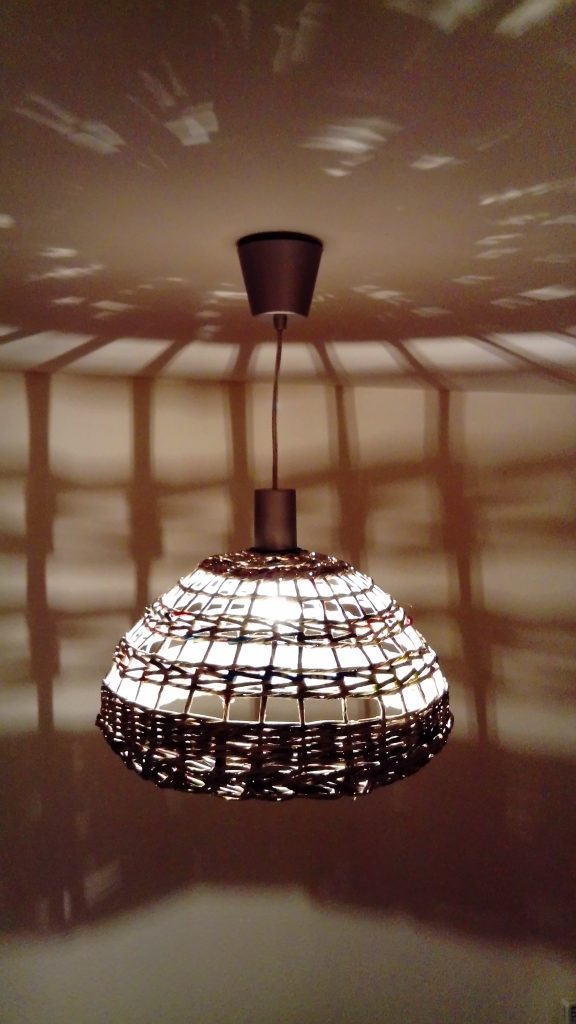 abat jour en papier journal vos luminaires au style recup. Black Bedroom Furniture Sets. Home Design Ideas